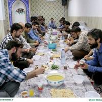 همسنگران مشهدی نهضت بر سر سفره ی یک افطاری ساده
